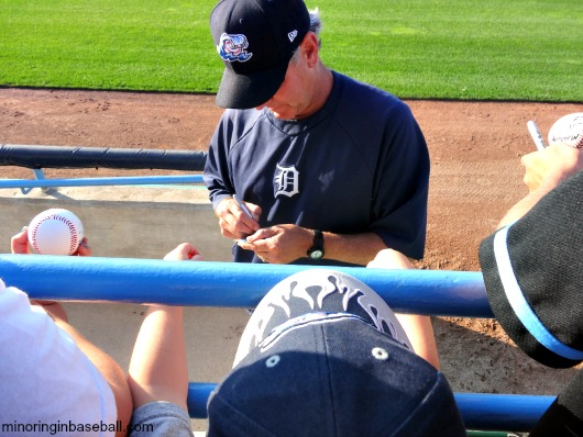 Former Tiger Mike Henneman signs a card for the kids